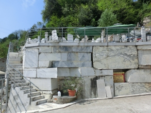 Carrara marble sculpture courses on the Road to Colonnata